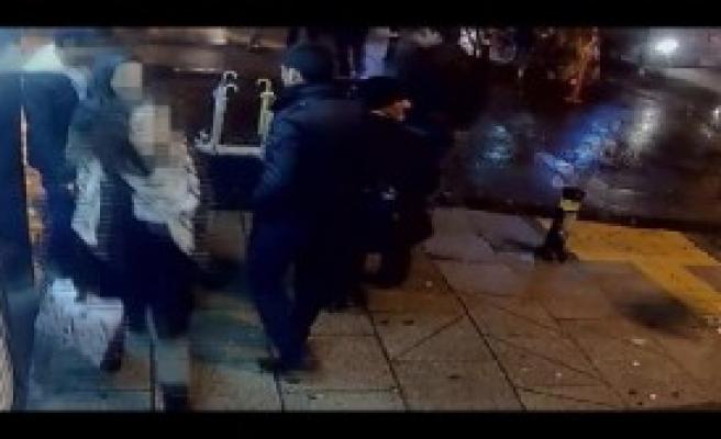 Yolda Yürüyen Kadının Cep Telefonunu  Çaldı