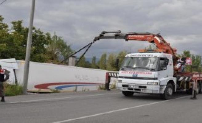 Yoldan Çıkan TIR'ın Şoförü Yaralandı