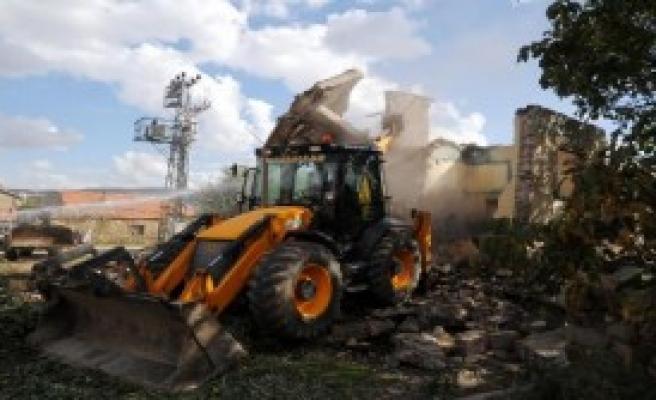 Belediye Metruk Binaları Yıkıyor