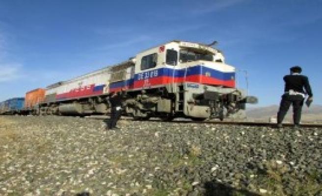 Yük Treni, Otomobille Çarpıştı: 2 Ölü