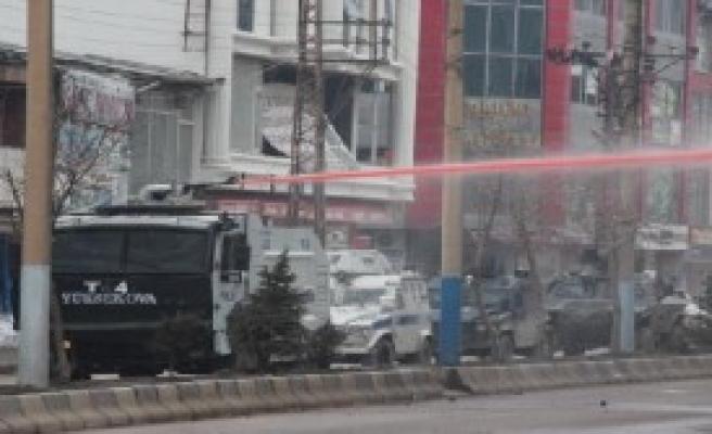 Yüksekova'da Polise Taşlı Saldırı