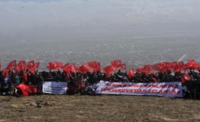Yüksekova'da Türk bayraklı yürüyüş