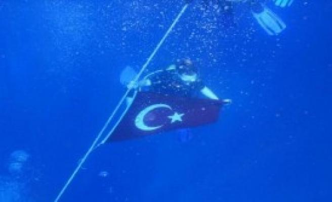 Deniz Altında Bayrak Açtılar
