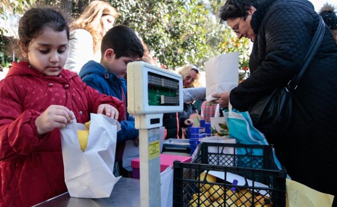 İzmir'de öğrenciler pazar kurdu, kese kağıdıyla satış yaptı