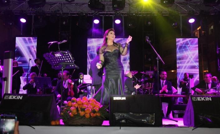 Sibel Can, İzmirlileri mest etti