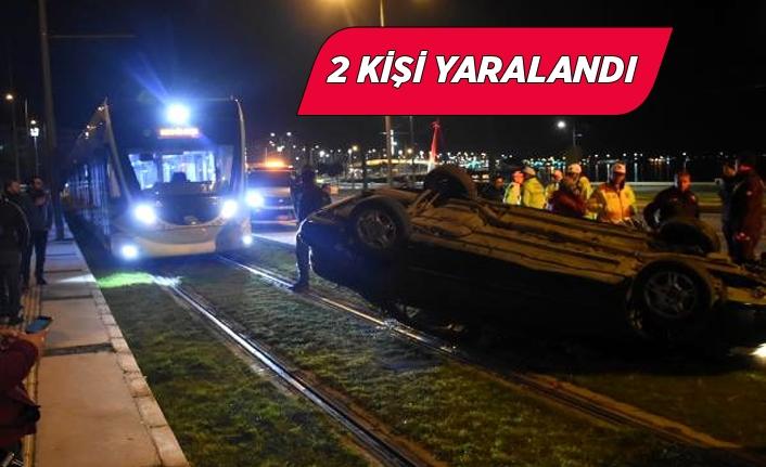 İzmir Konak'ta önce takla attı sonra tramvay yoluna girdi!