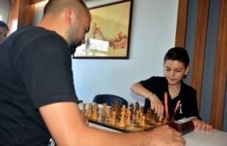 İzmirli Arda, satrançta dünya şampiyonu oldu