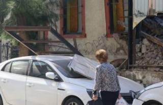 Konak'ta metruk binanın duvarı çöktü!