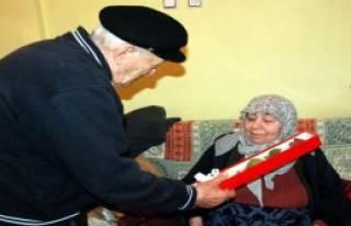 58 Yıllık Eşine Aldığı Çiçekle Sevgililer...