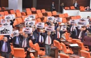 CHP'lilerden TBMM'de Dövizli Protesto