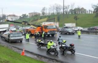 TEM Otoyolu'ndaki Kaza Trafiği Felç Etti