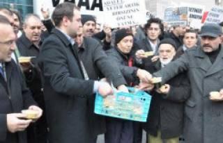 14 Aralık Protestosunda Helva Dağıtıldı