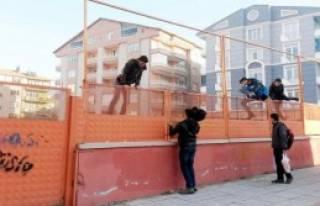 Duvardan Atlayarak Okula Giriyor