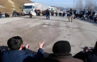 Grevdeki Ağaç Fabrikası İşçileri Yol Kapattı