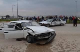 Kavşakta İki Otomobil Çarpıştı