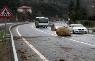 Kaya Parçaları Yola Düştü, Ulaşım Durdu
