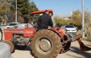 Traktörlerle Yol Kapattılar