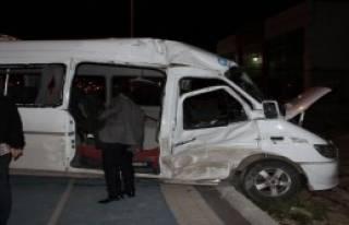 Minibüse Tır Çarptı: 17 Kişi Yaralandı