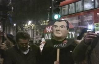 Londra'da Kesintiler Protesto Edildi