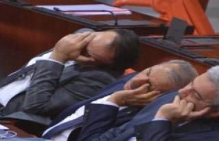Meclis'te Milletvekilleri Uyukladı