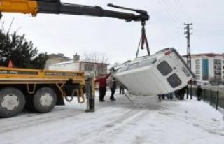 Minibüs Dereye Uçtu: 2 Yaralı