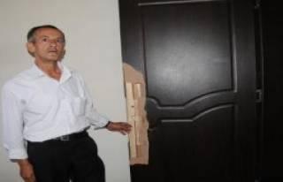 Polisleri Evinin Kapısını Kırmakla Suçladı