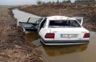 Otomobil Sulama Kanalına Devrildi