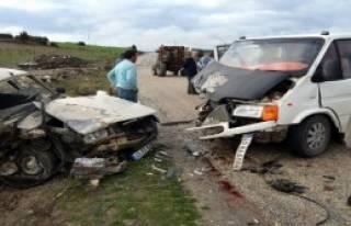 Otomobille Minibüs Çarpıştı: 2 Yaralı