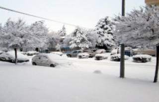 Sandıklı'da Kar Yağışı Okulları Tatil Ettirdi