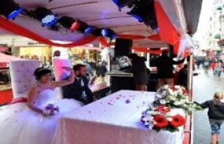 Sevgililer Gününde Tramvayda Nikah