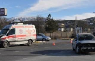 Sivas'ta Ambulans Otomobille Çarpıştı: 1 Yaralı