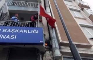 Türk Bayrağını Yanmaktan Son Anda Kurtardılar