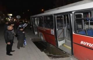Otobüs Çukura Düştü