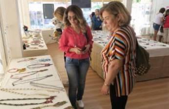 Foça'da 'Anneler Günü'ne özel takı sergisi