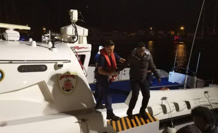 Çeşme'de lastik botta 9 kaçak göçmen yakalandı