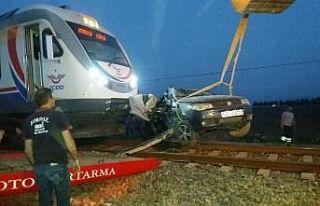 Yolcu treni otomobile çarptı: 1'i ağır 3...