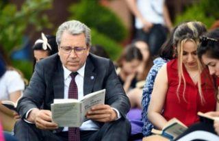 Rektör gençlerle kitap okudu