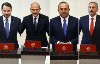 Dört bakan milletvekilliğinden istifa etti