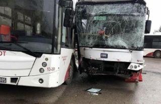 İzmir'de Belediye otobüsleri çarpıştı :...