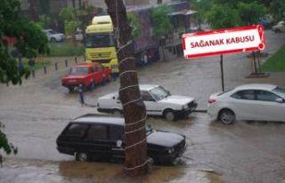 İzmir'in o ilçesinde yollar göle döndü