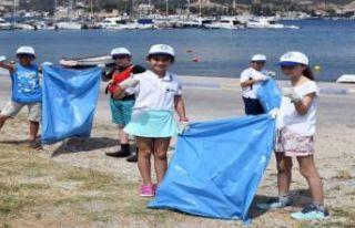 Yelken sporcularından Foça'da kıyı temizliği