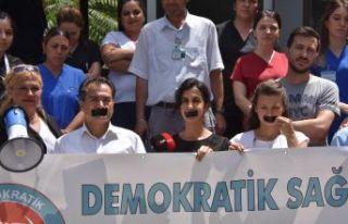 İzmir'de sağlık çalışanlarından 'bantlı'...