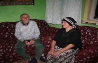 Yaşlı Çift Mum Işığında Yaşıyor