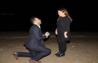 7 Yıllık Sevgiliye Kumsalda Sürpriz Evlilik Teklifi