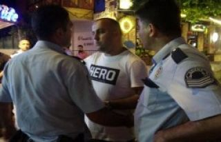 'Hero' Tişörtüne Gözaltı