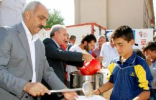 Suriyeliler'e 4 Kamyon Yardım