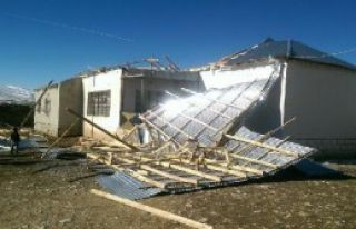 Başkale'de Rüzgar Çatı Uçurdu