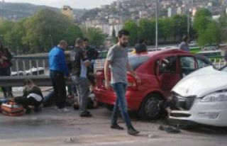 İzmit'te İki Otomobil Çarpıştı: 8 Yaralı
