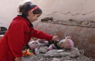 Depremde Yıkılan Evdeki Ailesini Sürükleyerek...