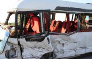 Servis Minibüsü Hafif Ticari Araçla Çarpıştı:...